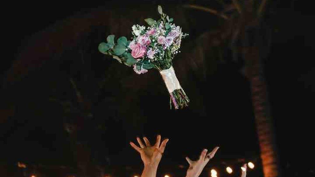 Será tradición que la novia lance el ramo.