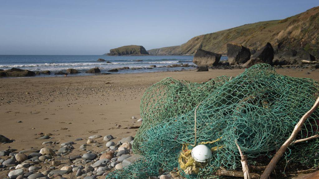Redes de pesca reconvertidas en mochilas, riñoneras y viseras: el proyecto vasco que recicla los residuos del mar