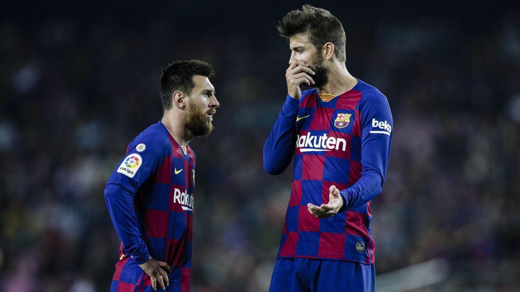 Messi y Piqué hablan durante un partido.