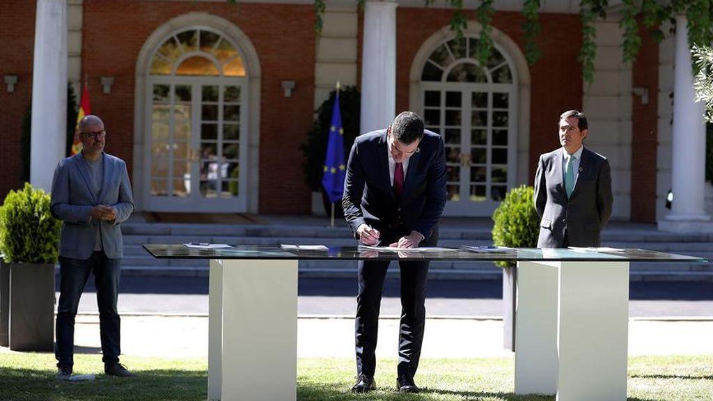 """El presidente del Gobierno, Pedro Sánchez junto a los agentes sociales firman el """"Acuerdo por la reactivación económica y el empleo"""" en el palacio de la Moncloa"""