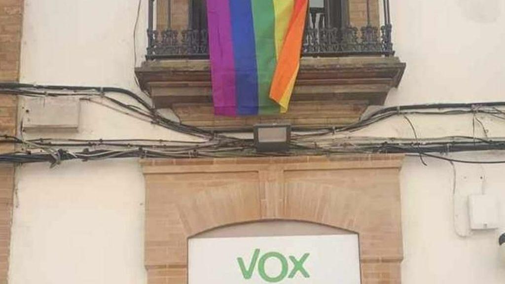 La vecina 'orgullosa' de Vox que cuelga la bandera LGTBI justo encima de su sede  en Huelva