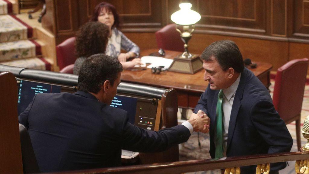 Aitor Esteban estrecha la mano de Pedro Sánchez en el Congreso