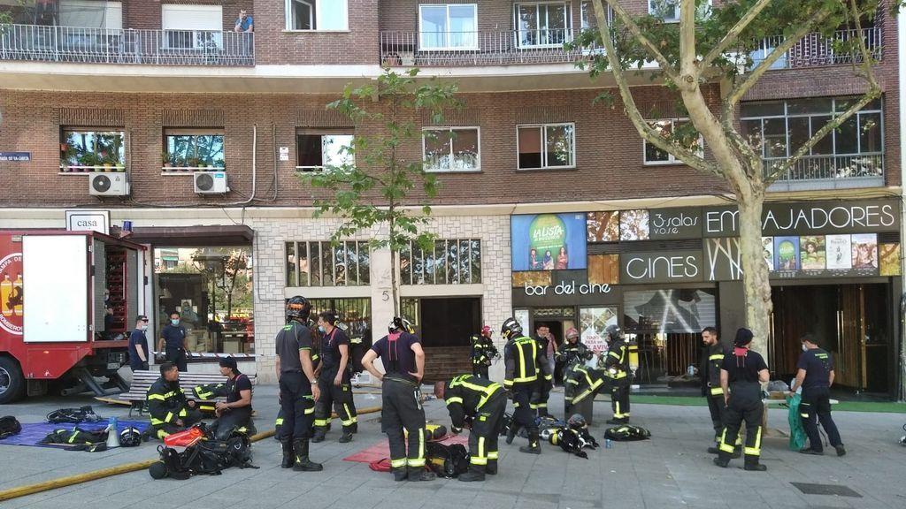 Un incendio en un edificio colindante retrasa apertura de Cines Embajadores