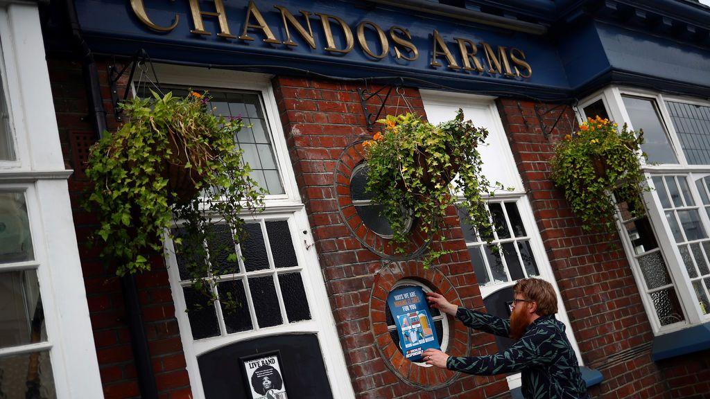 Londres reabre sus pubs, con restricciones: nada de apoyarse en la barra ni música en directo