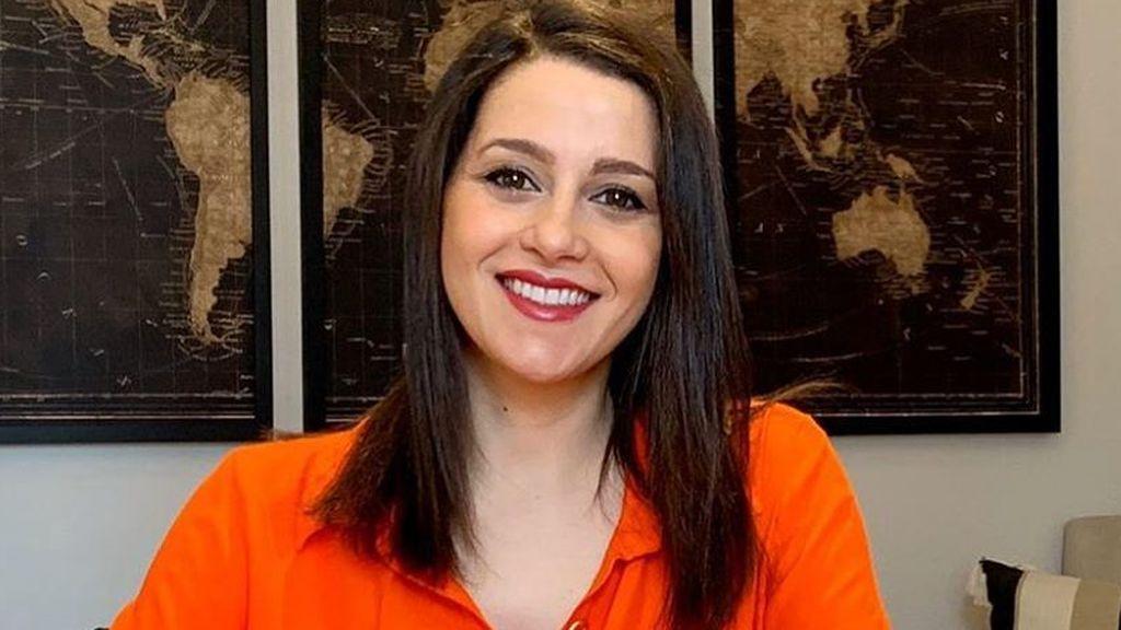 """Inés Arrimadas cuenta que ha dejado de dormir por el bebé y Eva González la apoya: """"Bienvenida al club de las mamás panda"""""""