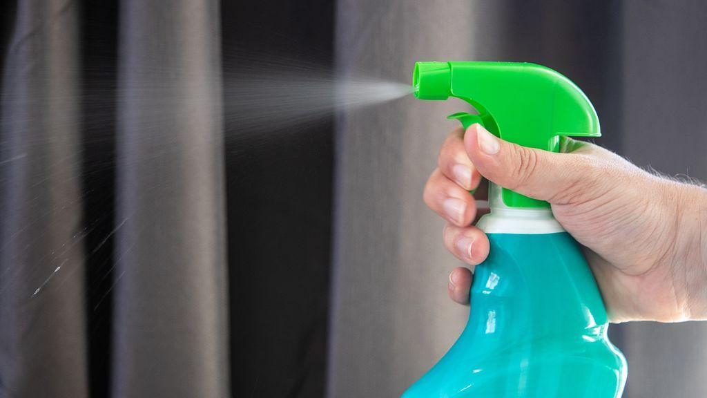 El peligro de que la lejía nos caiga en los ojos al desinfectar: qué hacer