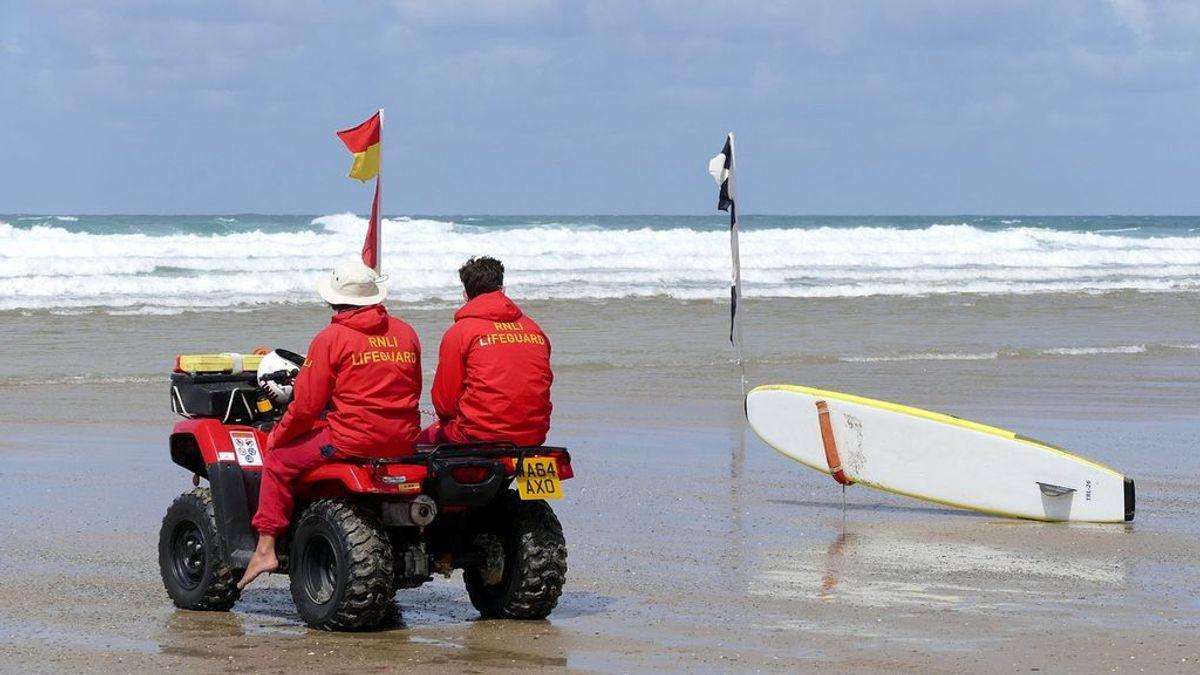 Dos socorristas detectan un accidente de avión en el océano y se lanzan a rescatar al piloto herido