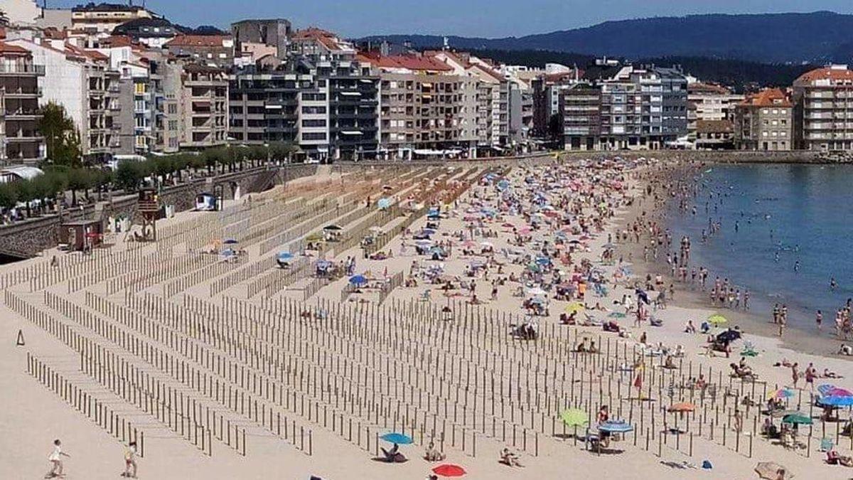 La parcelación de la playa no cala en Sanxenxo: los turistas se aglomeran en la orilla