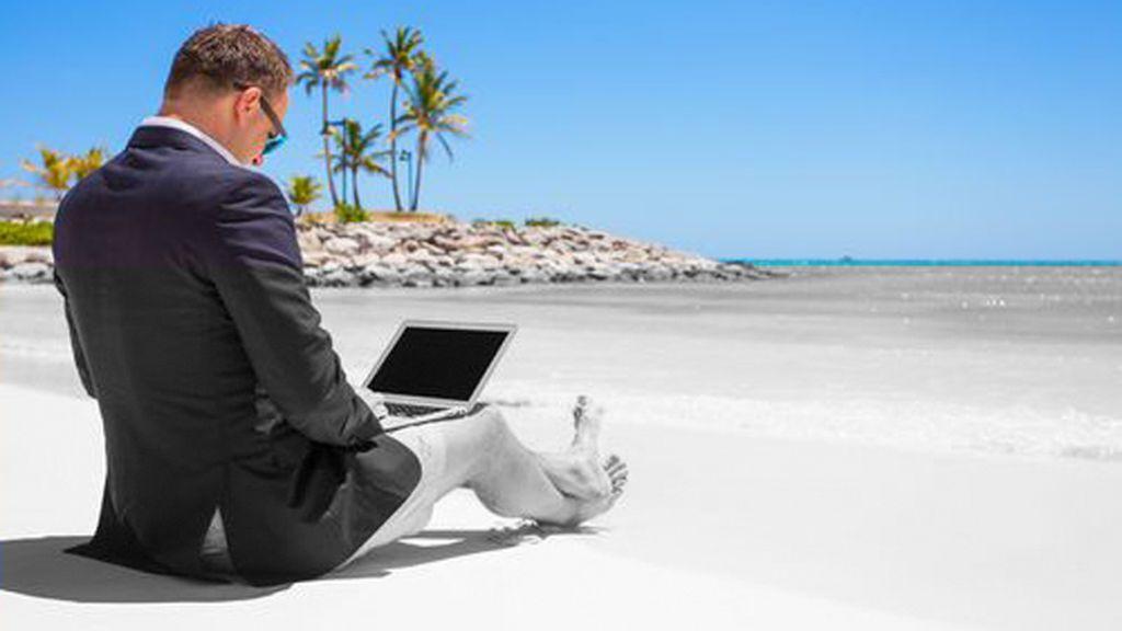 Teletrabajando en la playa: una imagen que esconde los riesgos laborales