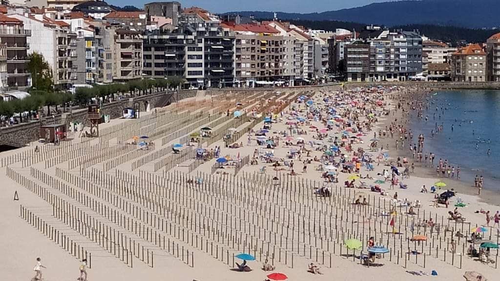 En la playa de Sanxenxo, los bañistas 'pasan' de las parcelaciones y se amontonan en la orilla