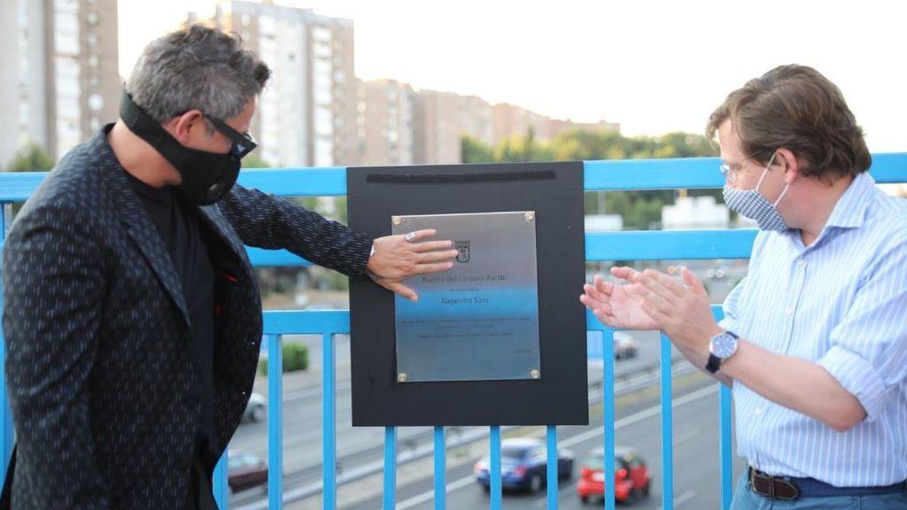Alejandro Sanz y el alcalde, ante la placa