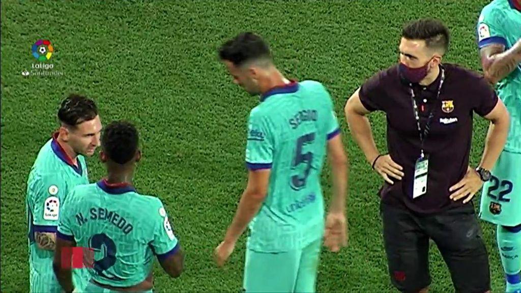 Messi y Setién no se miran en una pausa de hidratación.