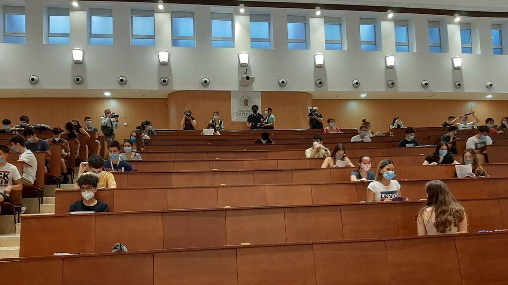 """Los alumnos madrileños se estrenan con la selectividad: """"Estoy tan nerviosa que ni me he dado cuenta de que llevo la mascarilla puesta"""""""