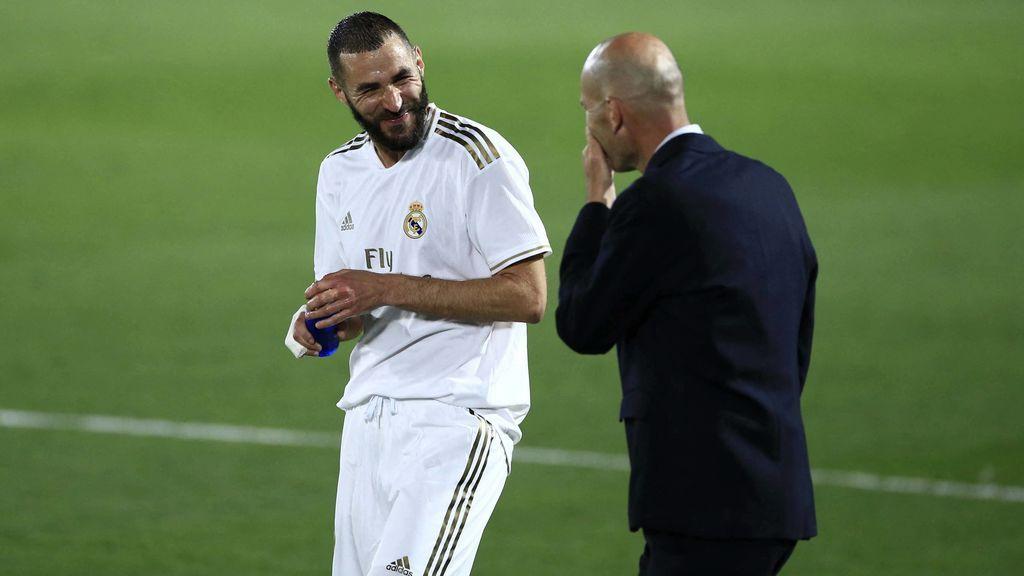 Benzema y Zidane se ríen durante un partido.