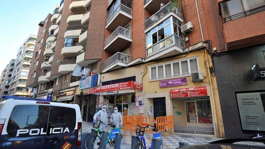 Desinfectan el edificio de Albacete en el que ha habido un brote de coronavirus