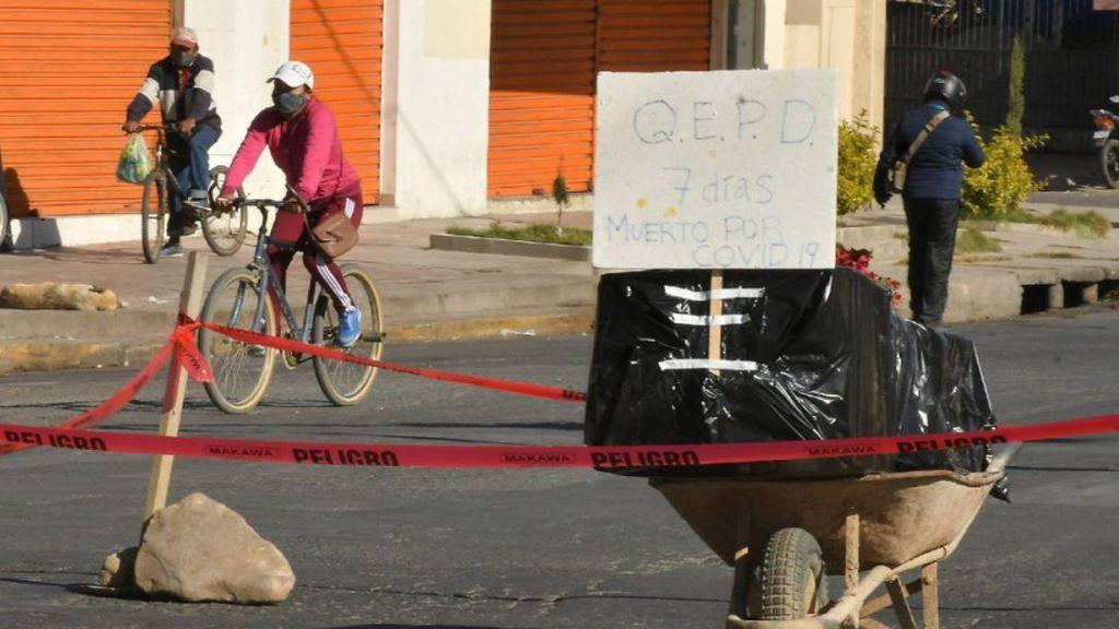 Muertos en las calles o en las casas: Cochabamba (Bolivia) usa los ataúdes para cortar calles y protestar