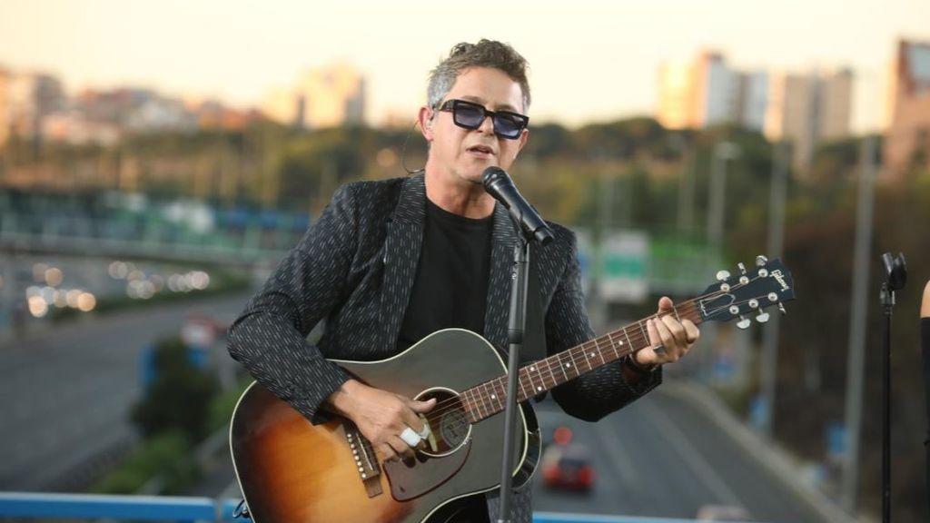 Alejandro Sanz ofrece un concierto sorpresa desde un puente de la M-30 de Madrid