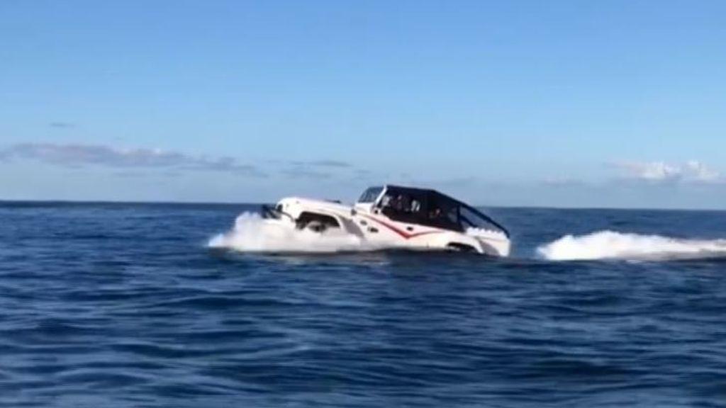 Un 'coche anfibio' se pasea por las aguas de Mutriku