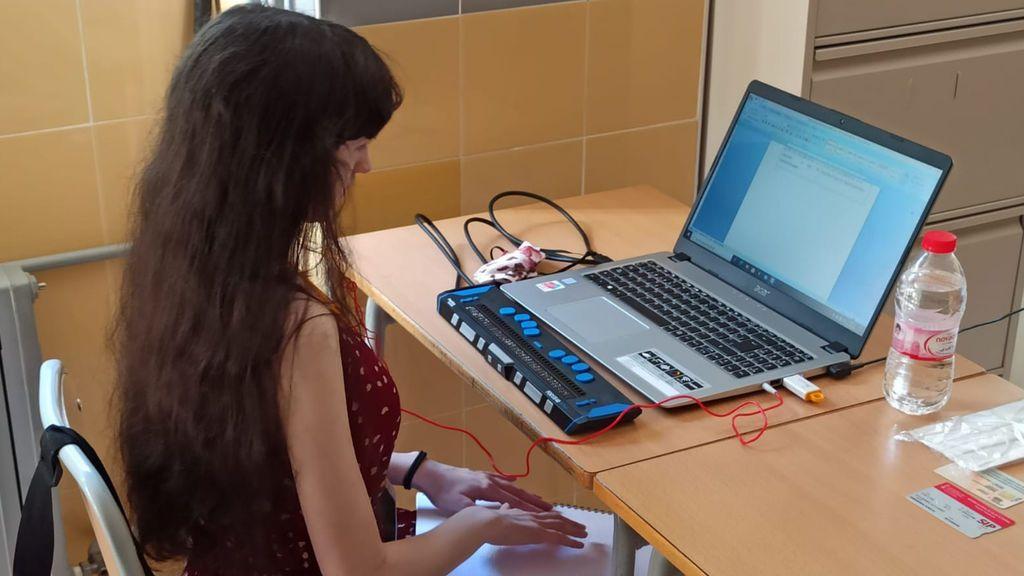 Eva realiza el examen de historia, el primero de las pruebas EBAU