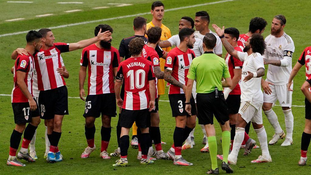 Los jugadores del Madrid y del Athletic discuten durante el partido.