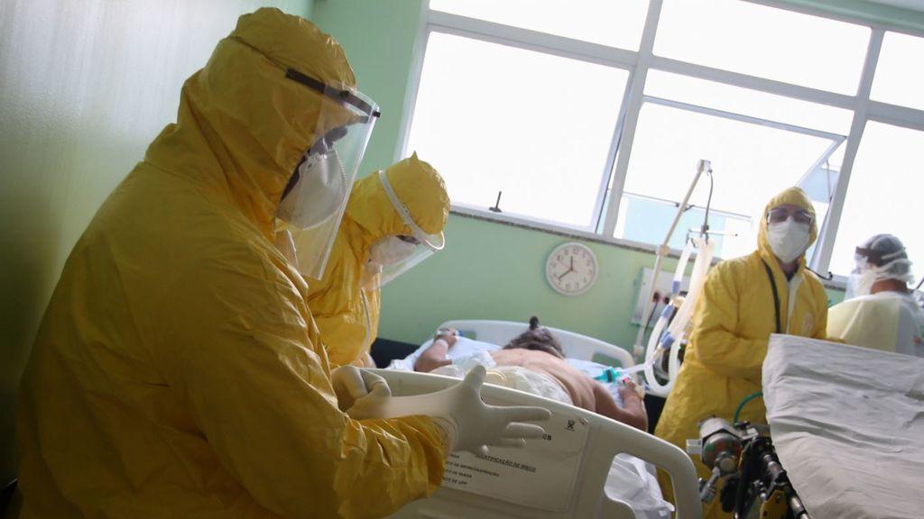 Sanitarios brasileños con sus trajes de protección