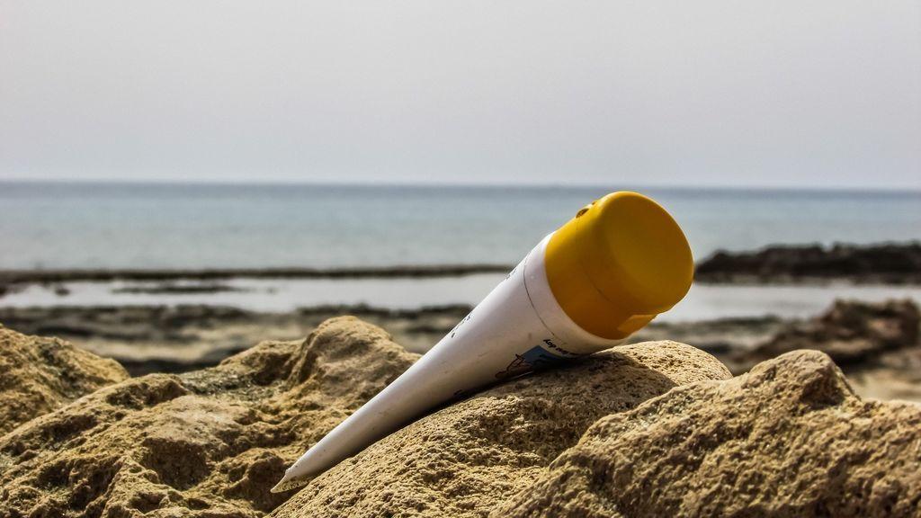 Protectores solares, más importantes que nunca en el 'nuevo verano' : la OCU compara 35 cremas