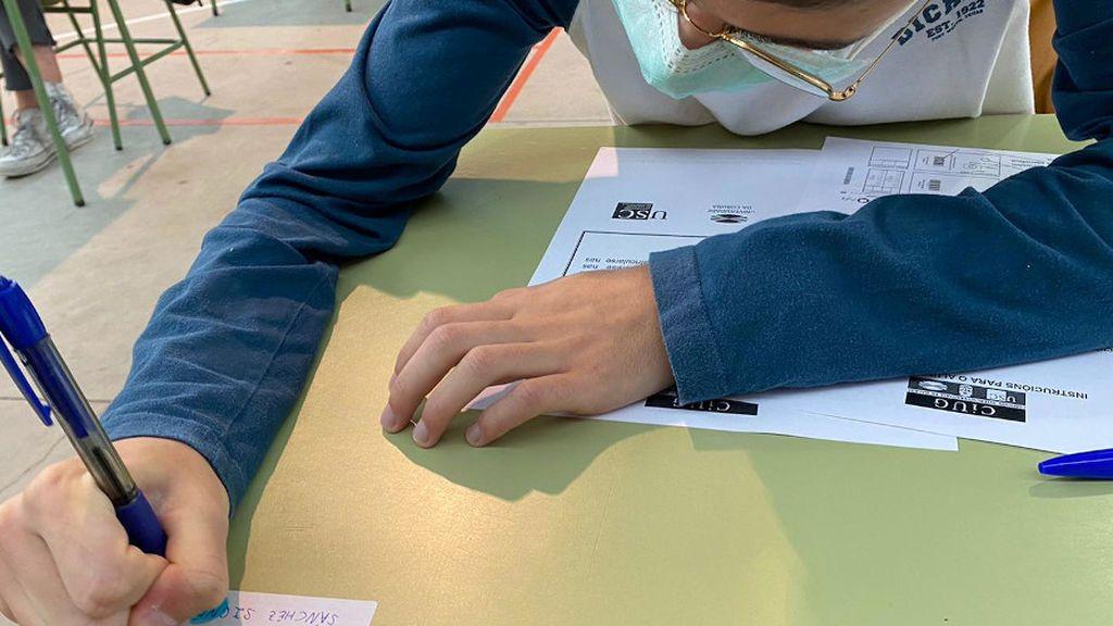 Los alumnos han escrito su nombre en los pupitres para utilizar el mismo durante los tres días de pruebas