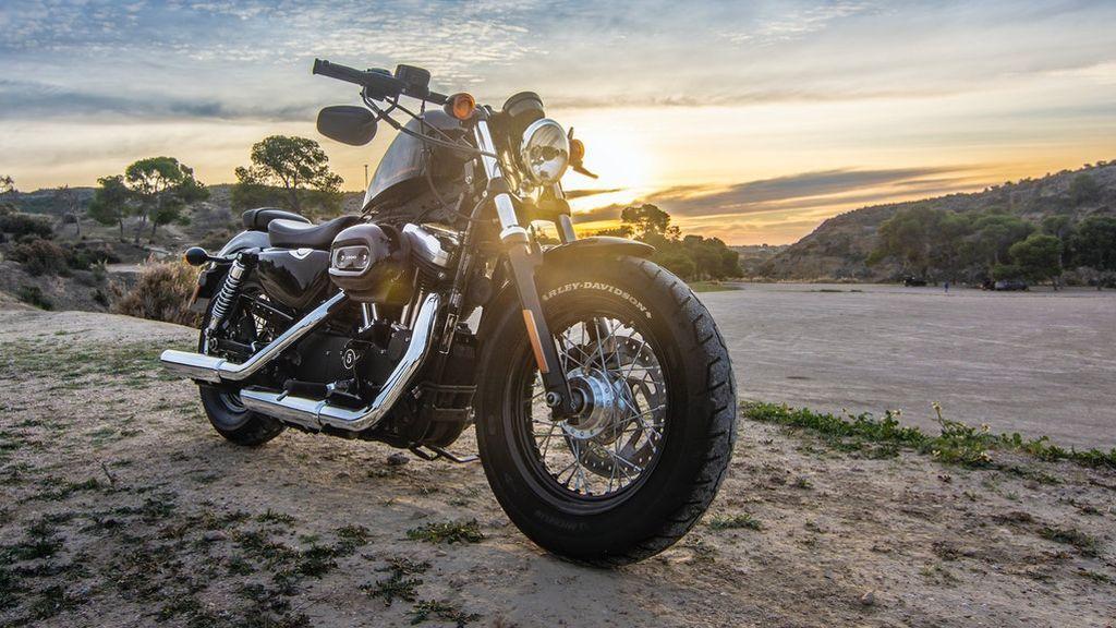 cruiser-motorcycle-on-dirt-road-2611691
