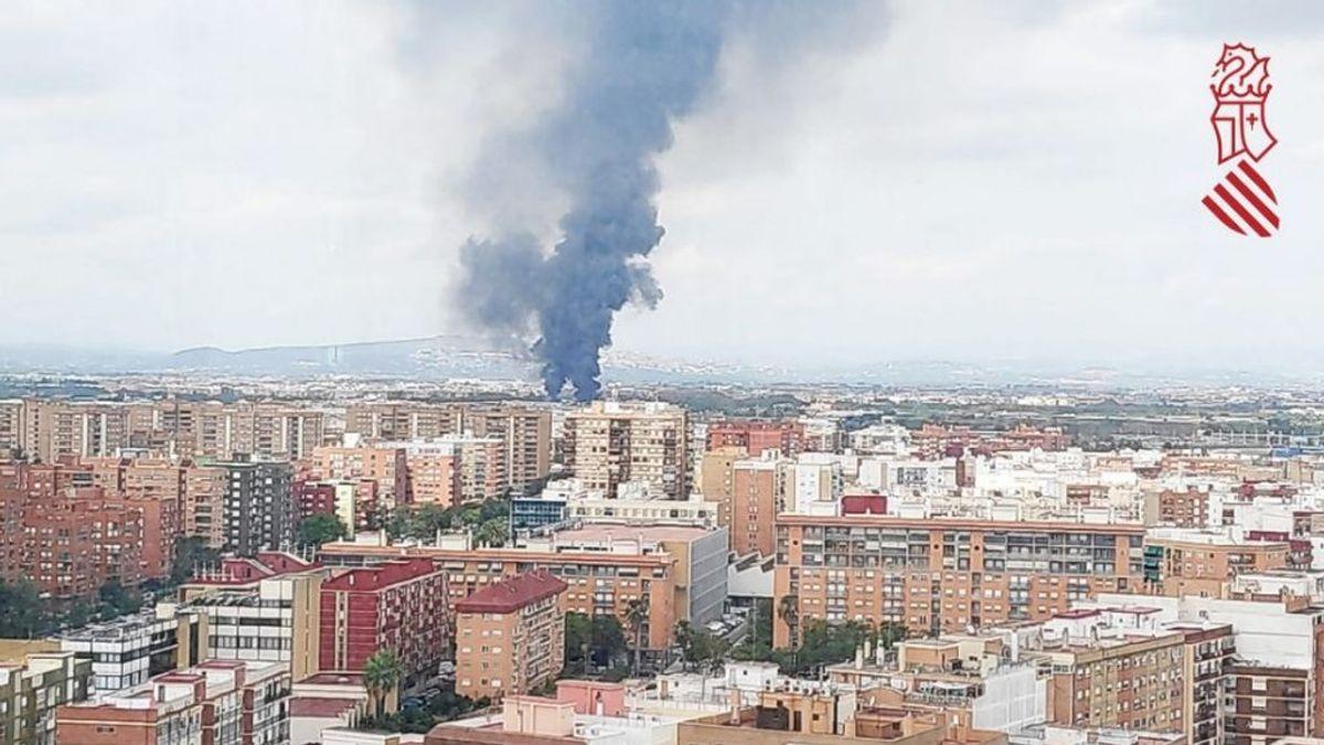Arde una nave industrial en Aldaia