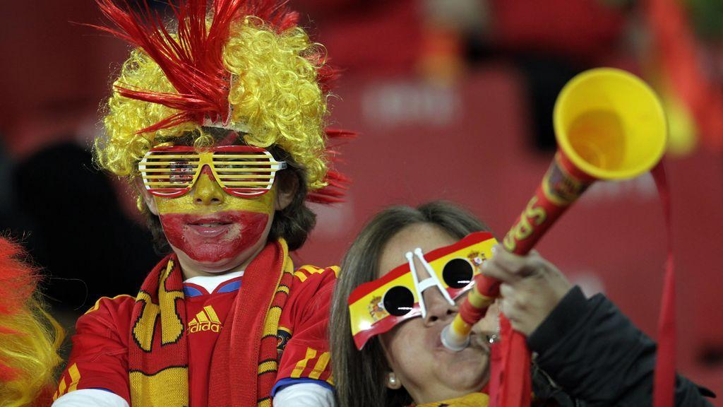 Aficionada de la Selección española tocando la vuvucela