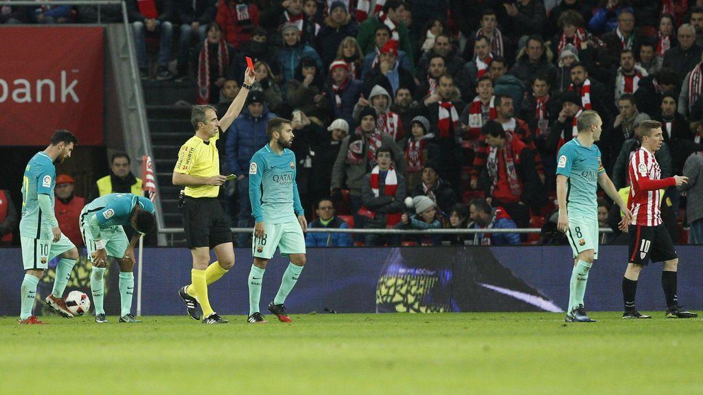 Árbitro sacando una tarjeta roja durante un partido del Barça y Athletic de Bilbao