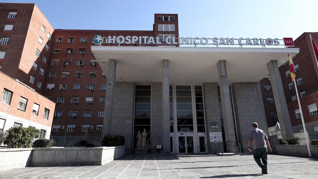 El director médico del Clínico San Carlos cree que no se deben hacer PCR continuas y reconoce que se actuó tarde