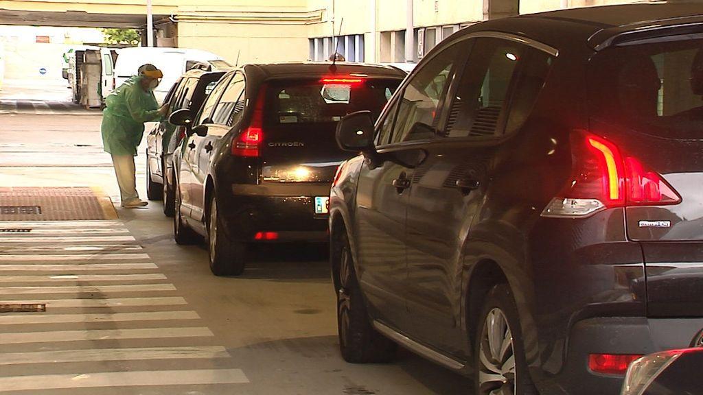 Colas de vehículos en el Auto-Covid del hospital de A Mariña, en Burela (Lugo)