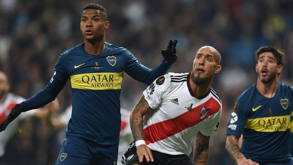 Jugadores de Boca y River durante un partido del derbi argentino