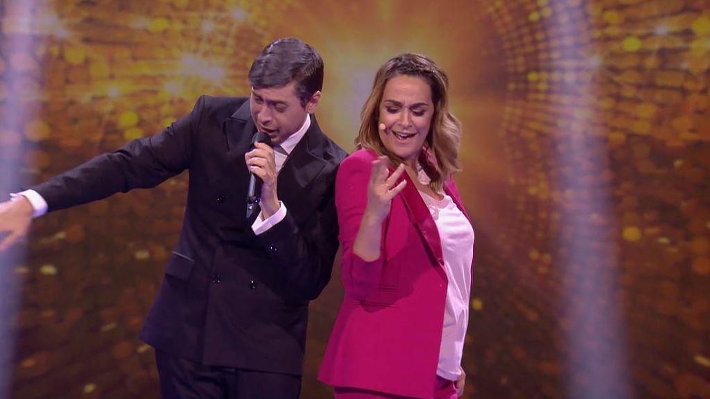 Toñi Moreno se viene arriba en una improvisada actuación cantando y bailando por El Fary