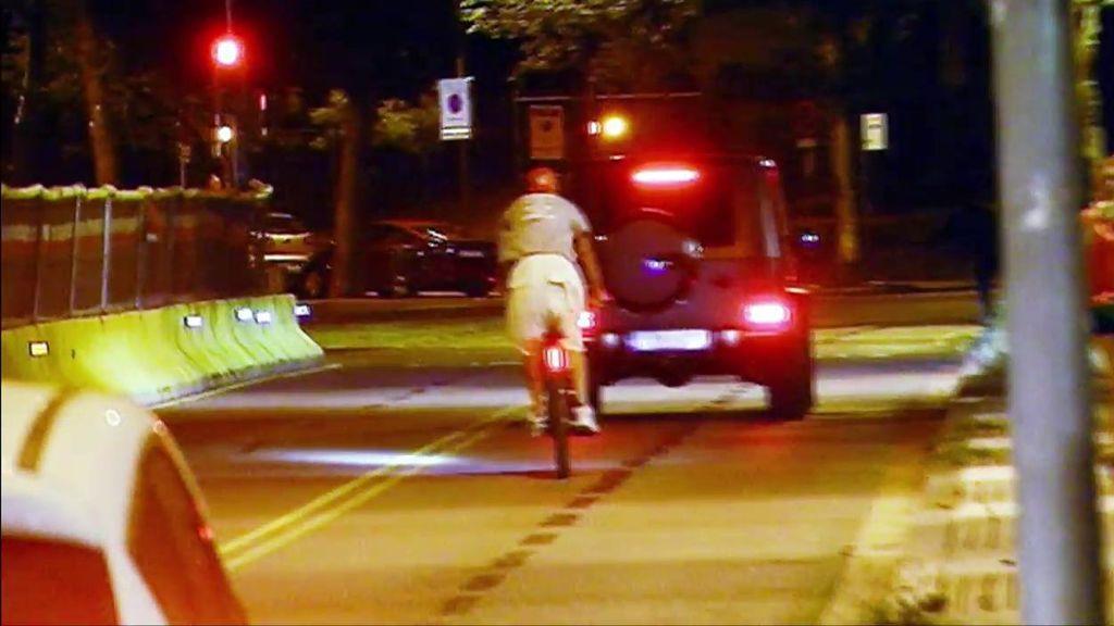 La última imprudencia de Piqué: sale del Camp Nou en bici, sin casco, saltándose un semáforo y atravesando una mediana