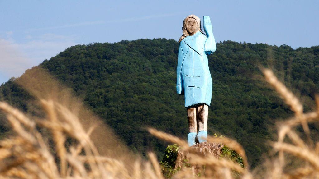 La guerra de las estatuas llega a Eslovenia: queman una escultura de Melania Trump