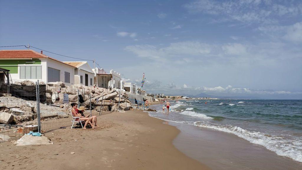 La playa de Les Deveses se encuentra delante de unas ruinas causadas por Gloria