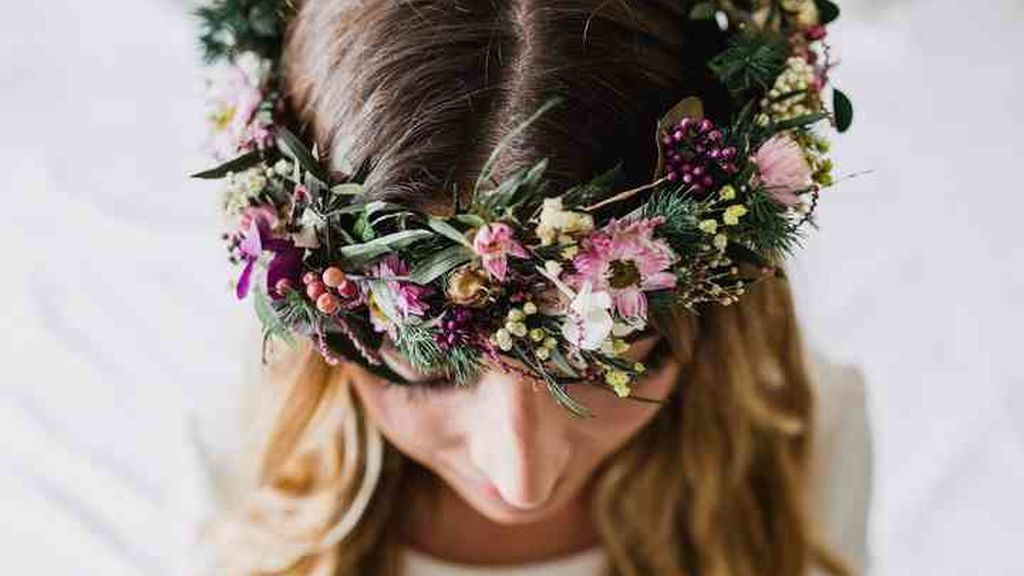 Novias: peinados con flores naturales.