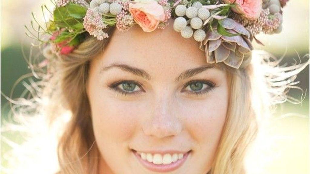 Podrás decantarte por una corona de flores sobre la frente.