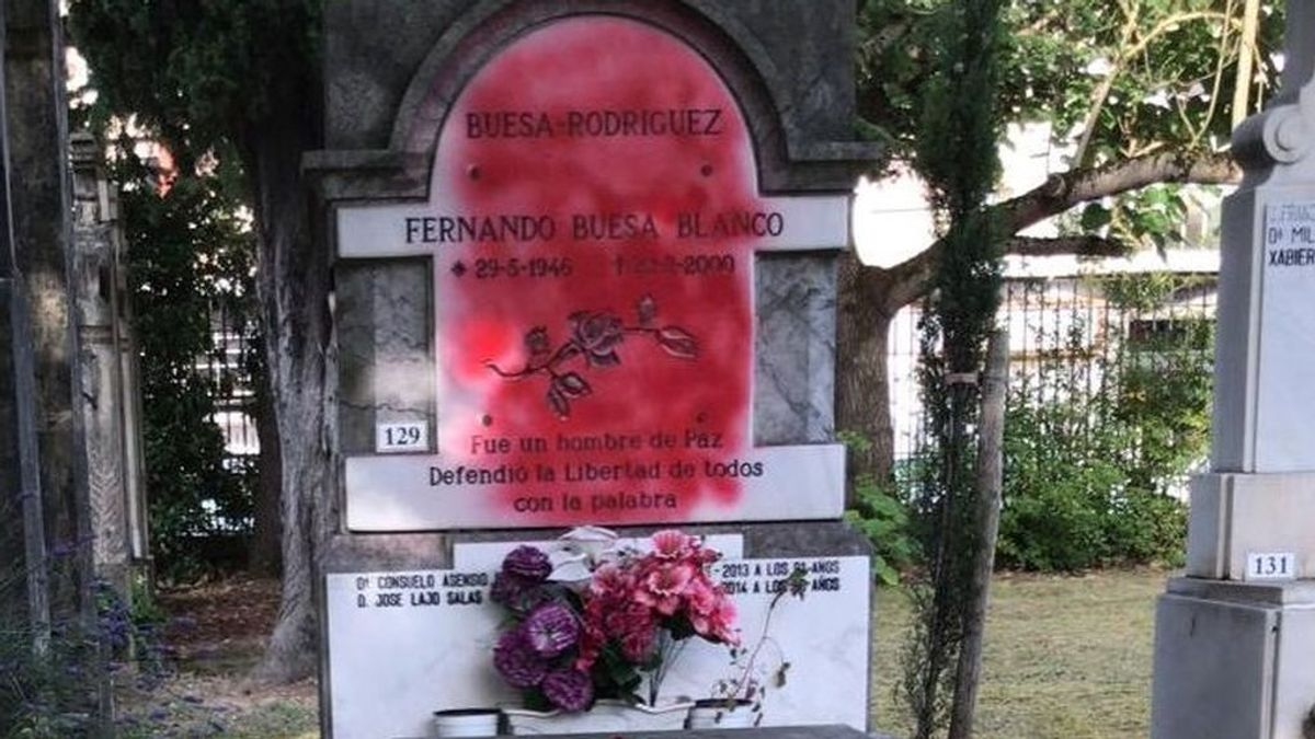 Atacan con pintura roja la lápida de la tumba de Fernando Buesa, dirigente socialista asesinado por ETA