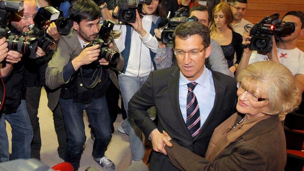 Feijóo abraza a su madre Sira el día en que se hizo con la Xunta en 2009
