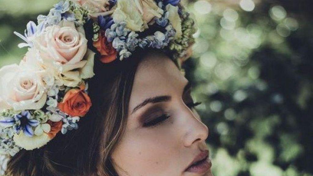 Las flores frescas o liofilizadas serán una gran opción para un toque más romántico a tu look.