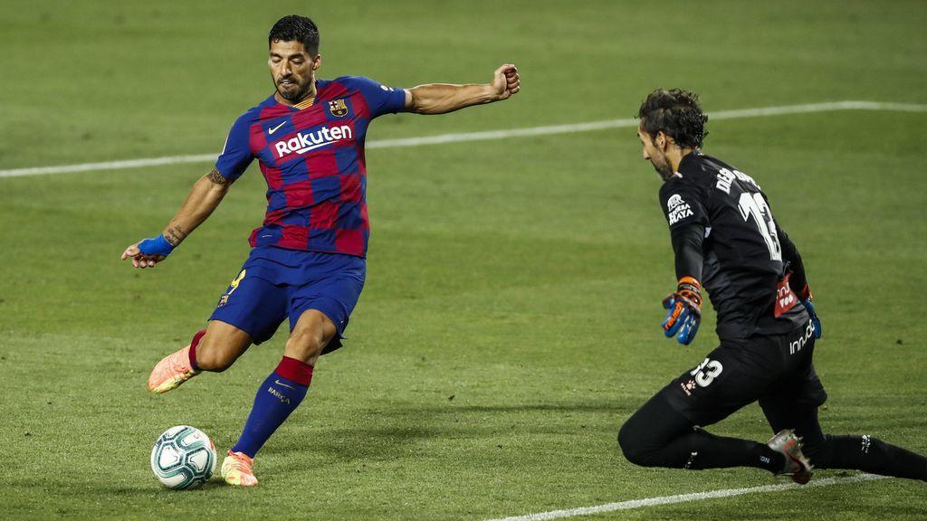 Luis Suárez marca ante Diego López en el derbi.