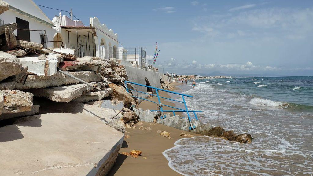 Las piedras y los cimientos llegan a estar a menos de dos metros de la playa en algunas zonas