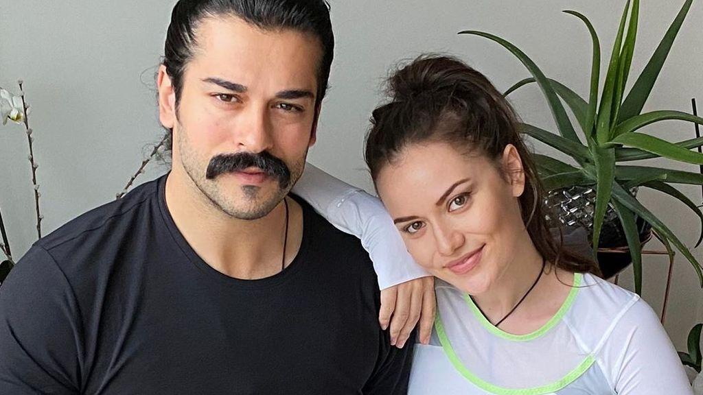 """La mujer de Burak Özçivit, Kemal en 'Kara Sevda', recuerda su boda: """"El amor lo es todo'"""