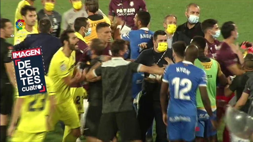 Los jugadores del Getafe y del Villarreal, en plena pelea.