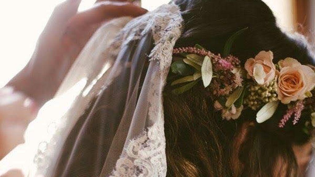 Para una boda más tradicional, lo ideal será un velo coronada por unas flores frescas.