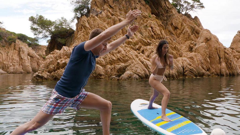 Clase de yoga sobre una tabla de paddle surf.