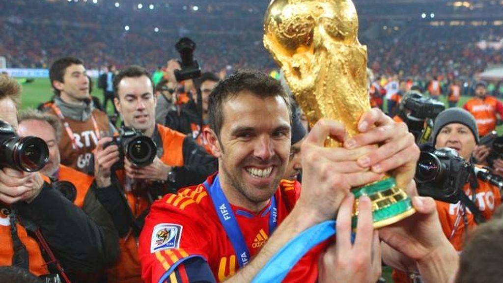 Marchena posa con la copa de campeón del mundo